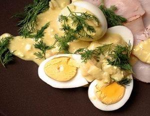 Eieren met mosterdsaus