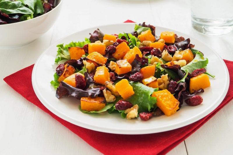 Salade met pompoen en gedroogde cranberries