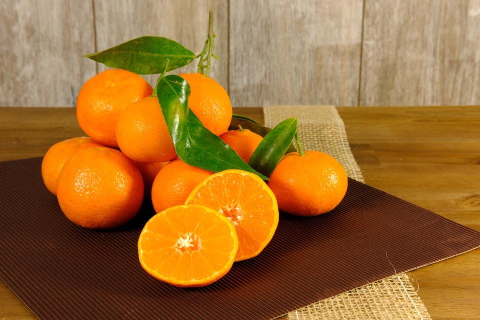 De groene smoothie met boerenkool, aardbei en sinaasappel